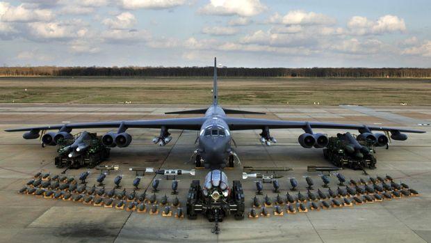 Pesawat B-52 bisa membawa 32 ribu kilogram muatan senjata.