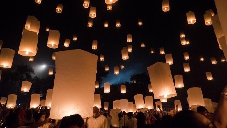 Pelepasan lampion Waisak di Candi Borobudur (AFP)