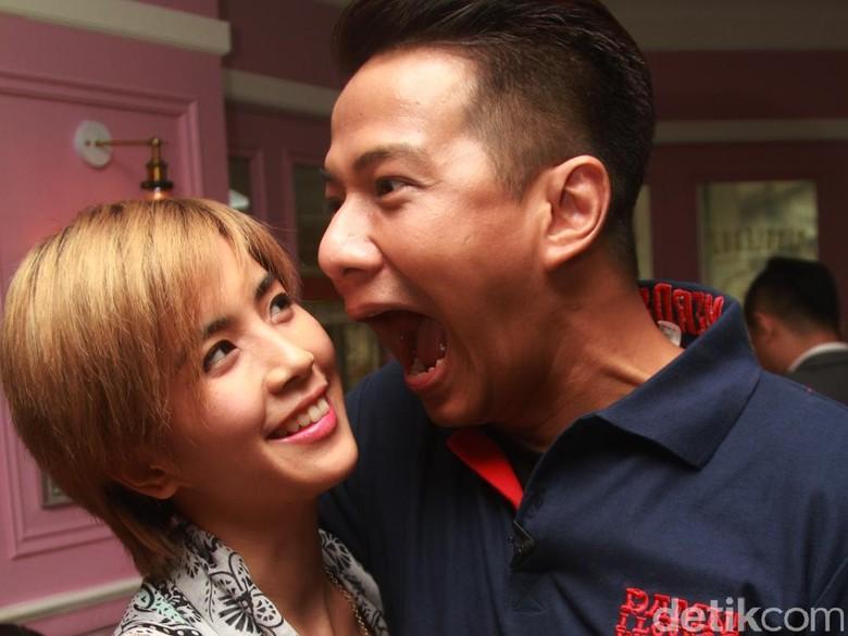 Masih Liburan, Yeslin Wang dan Delon Thamrin Kompak Absen di Sidang Cerai