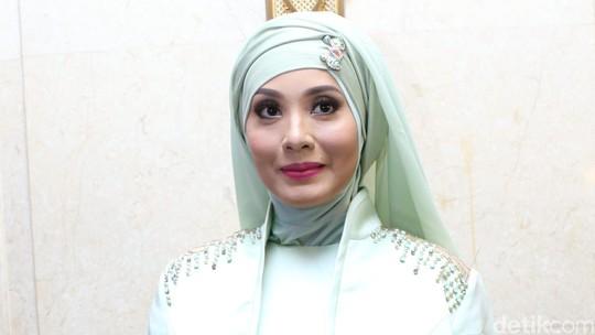 Gaya Elma Theana dan Eddies Adelia dengan Hijab Pastel