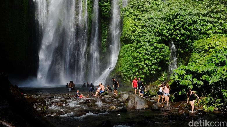 Turis main air di Air Terjun Tiu Kelep (Ari Saputra/detikcom)