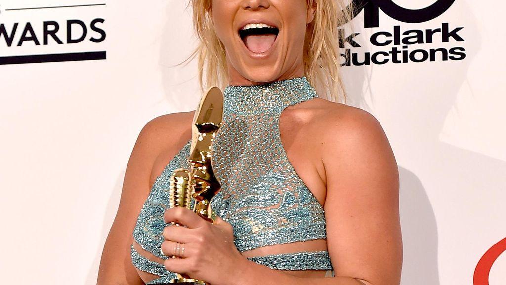 Britney Spears Pakai 3 Baju Seksi Menerawang di Billboard Music Awards