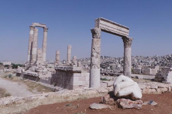 Sederet wisata Amman mulai dari kawasan Amman Citadel, dengan terdapat Kuil Hercules, teater Roma, sampai gereja bizantium abad ke 6, sampai sisa-sisa bangunan masjid dan ruang tunggu para khalifah. (dok. detikcom)