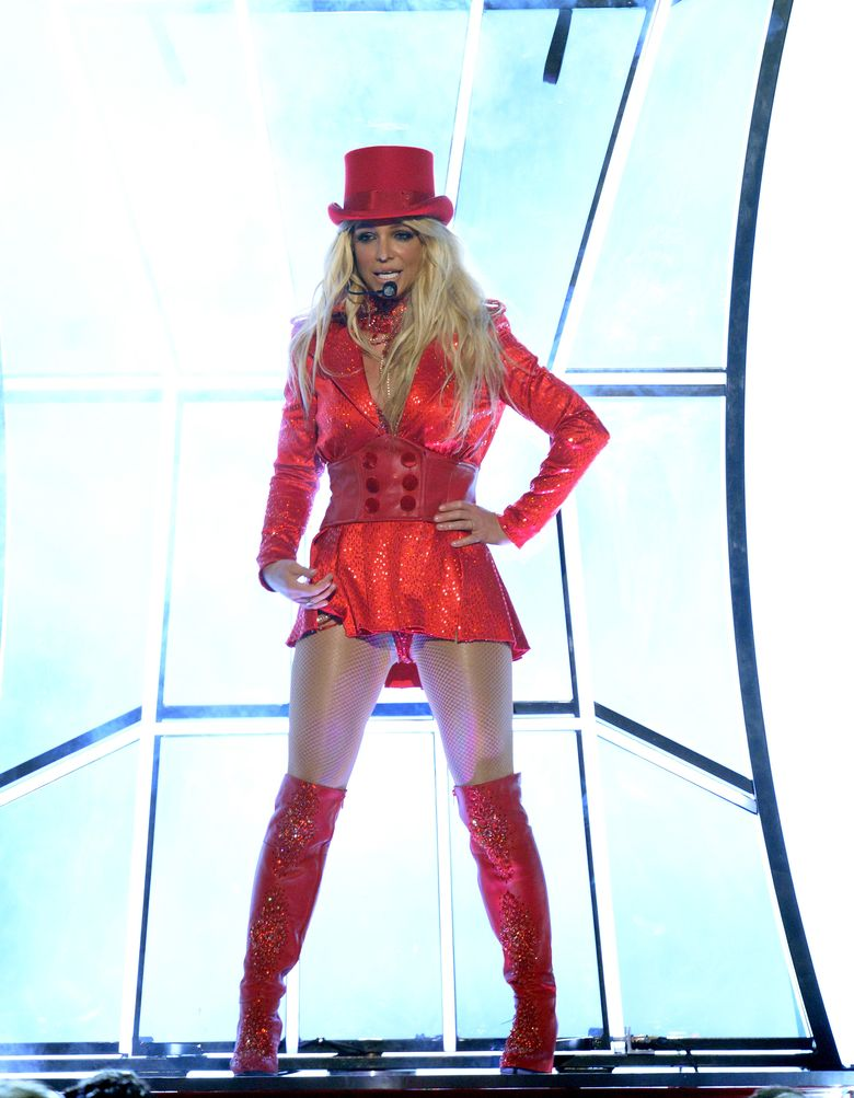Britney Spears yang menjadi pembuka tampil seperti di era keemasannya dengan membawakan medley lagu-lagunya seperti, Im a Slave 4 U dan Toxic. Kevin Winter/Getty Images/detikFoto.