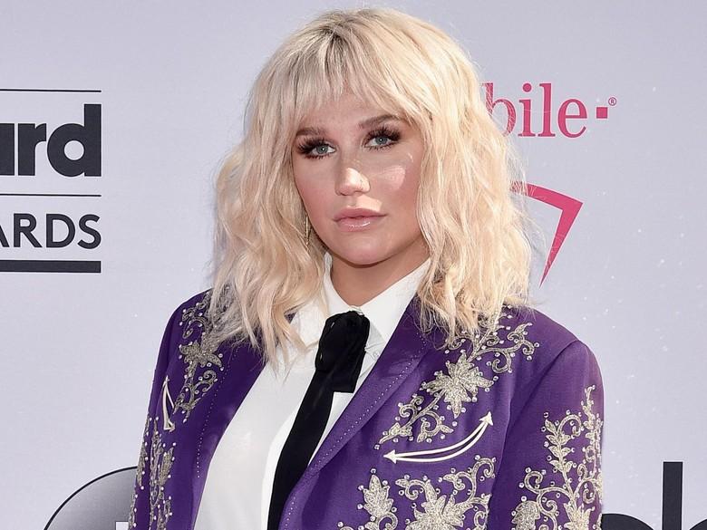 Kesha Batalkan Konser karena Cidera Lutut