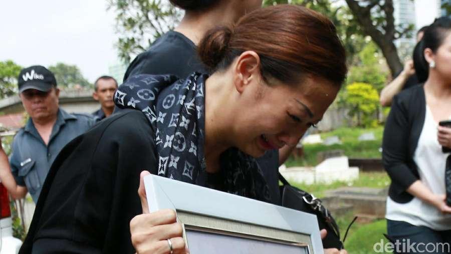 Tangisan Indah Kalalo di Pemakaman Sang Bunda