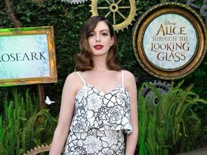 Pertamakali, Anne Hathaway Pamer Foto Putra Kecilnya