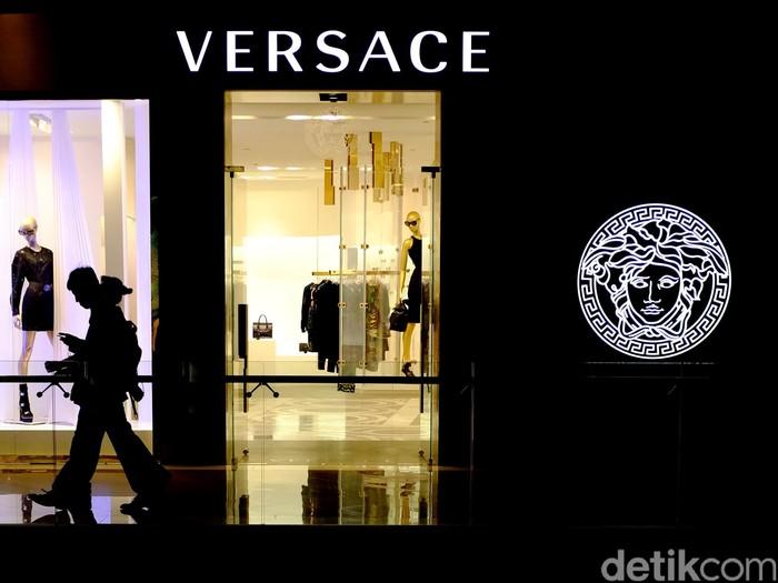 Salah satu gerai Versace di Jakarta. Foto: Ari Saputra