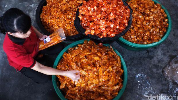 Dari sekian banyak pilihan kuliner khas, karupuak sanjai mungkin layak menjadi pilihan utama untuk Anda bawa pulang sebagai oleh-oleh khas dari Bukittinggi.