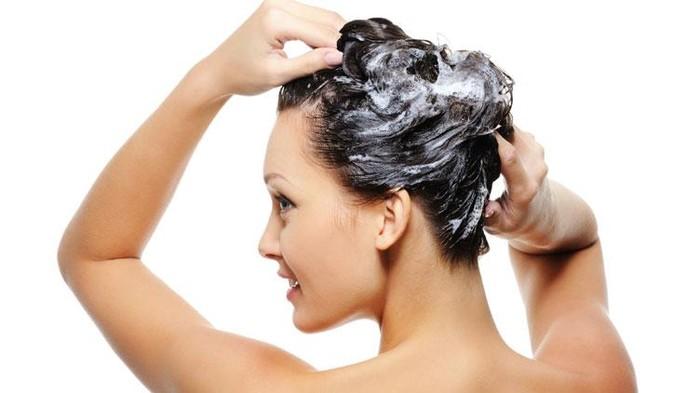 Ilustrasi keramas supaya kulit kepala nggak gatal dan berjamur. Foto: Thinkstock