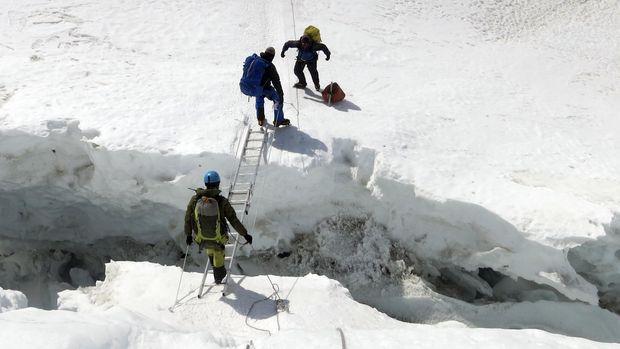 Pendaki melintasi celah di Gunung Everest, 2016.