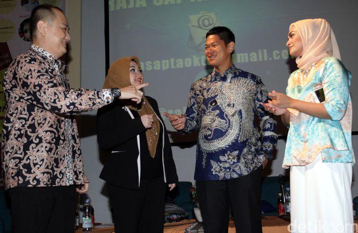 Wakil Ketua Umum DPP Kadin Raja Sapta Oktohari (kedua kanan) bersama pengusaha muda Fitri Zulha, Farah Ingrid (kanan) dan Urgyen Rinchen Sim (kiri) menjadi pembicara dalam acara diskusi interaktif di kampus Universitas Trisakti Jakarta.