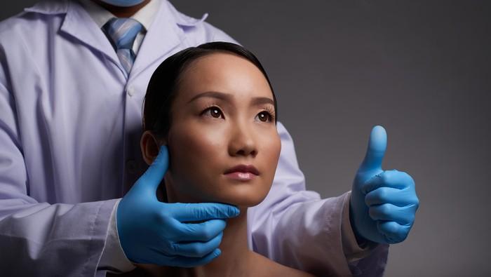 Ilustrasi wanita operasi plastik. Foto: Thinkstock