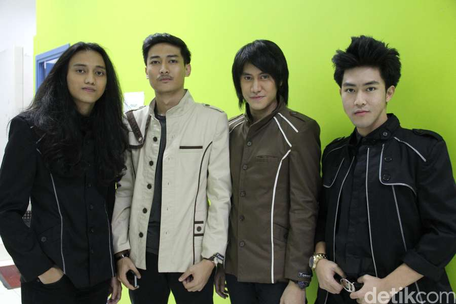 Kevin Aprilio dan Band Barunya, The Red Rose