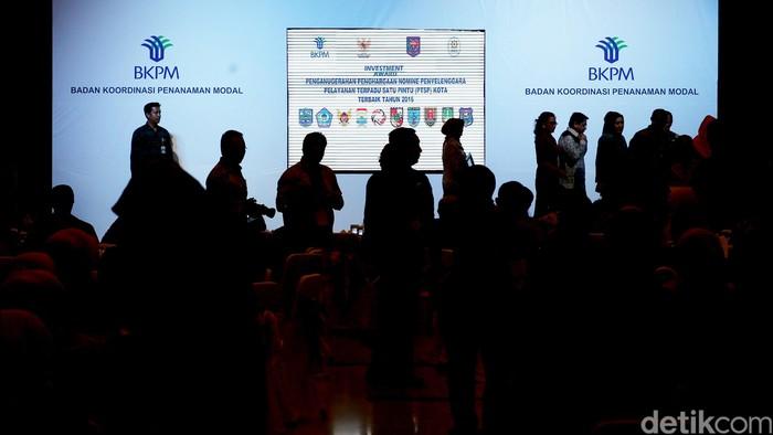 Badan Koordinasi Penanaman Modal (BKPM) memberikan penghargaan kepada penyelenggara Pelayanan Terpadu Satu Pintu (PTSP) provinsi, kabupaten/kota terbaik 2016 di Jakarta, Senin (30/5/2016).