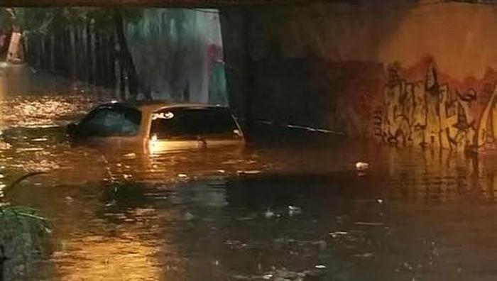 Mobil Innova tenggelam di terowongan viaduk Gubeng