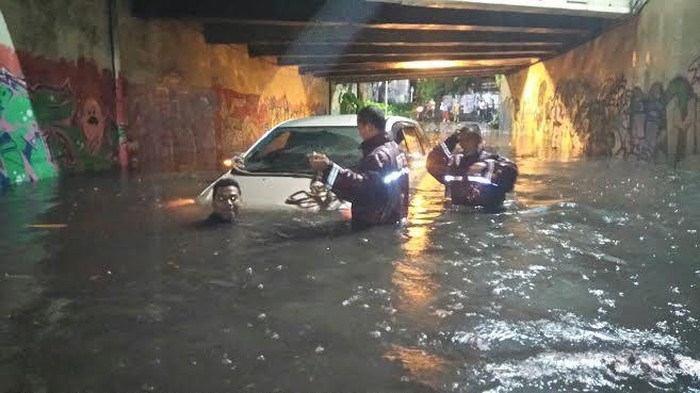 Mobil Innova terjebak banjir di terowongan viaduk Gubeng/Foto: Budi Sugiharto