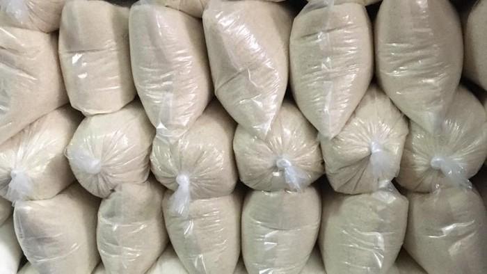 Pedagang sembako di Pasar Bendungan Hilir menyebut harga gula naik dari Rp 14.000/kg jadi Rp 16.000/kg.
