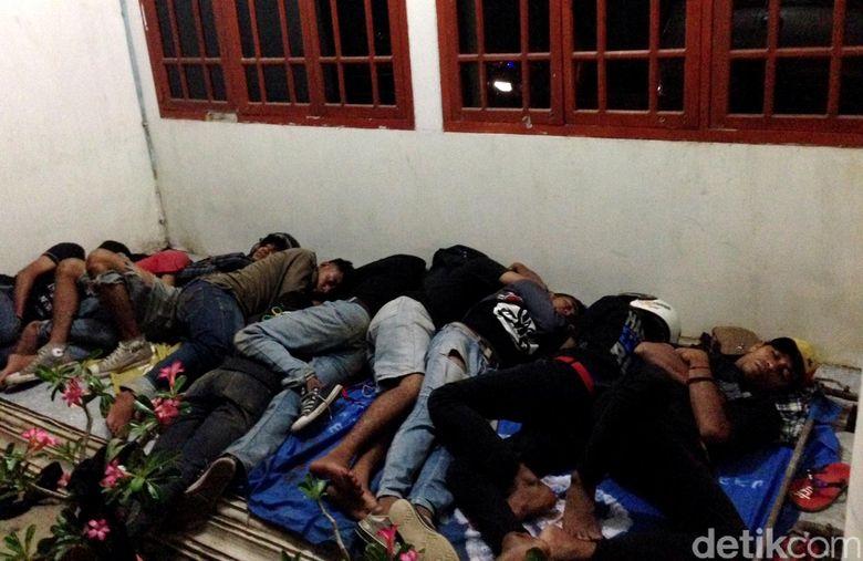 Slankers menginap di pelataran hotel, diantaranya adapula yang berasal dari Adonara, Flores.
