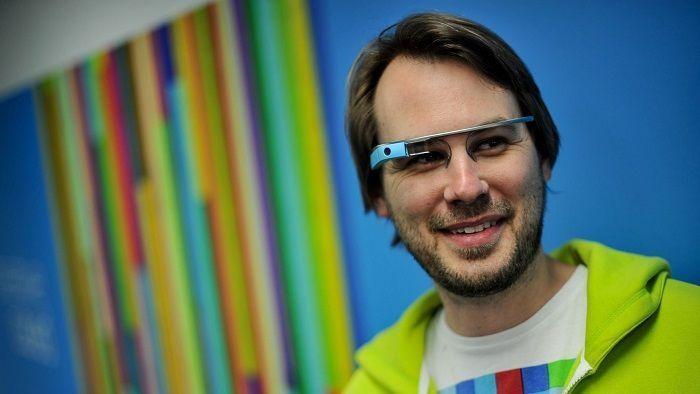 Peter Gould mencoba konsep membaca Alquran dengan menggunakan Google Glass. Supplied: Peter Gould