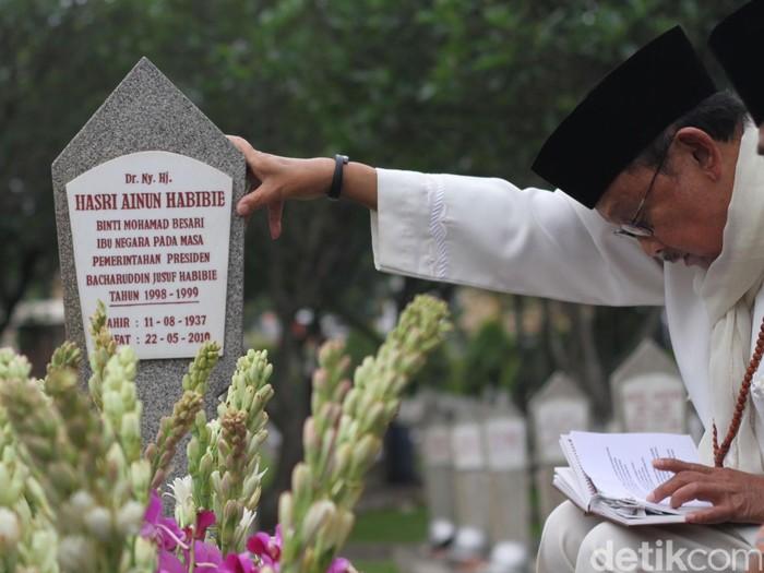 Habibie saat ziarah ke makam Ainun (Foto: Grandyos Zafna)