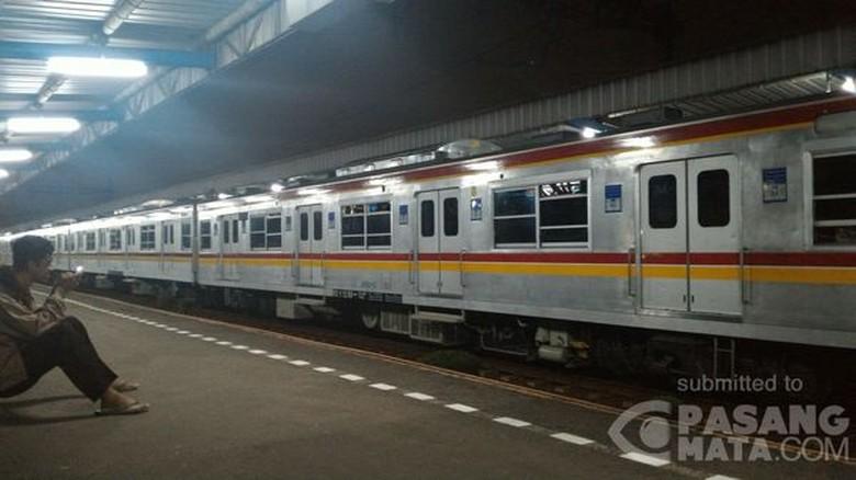 KRL Tangerang-Duri Mogok di Stasiun Pesing, Gerbong Gelap Gulita