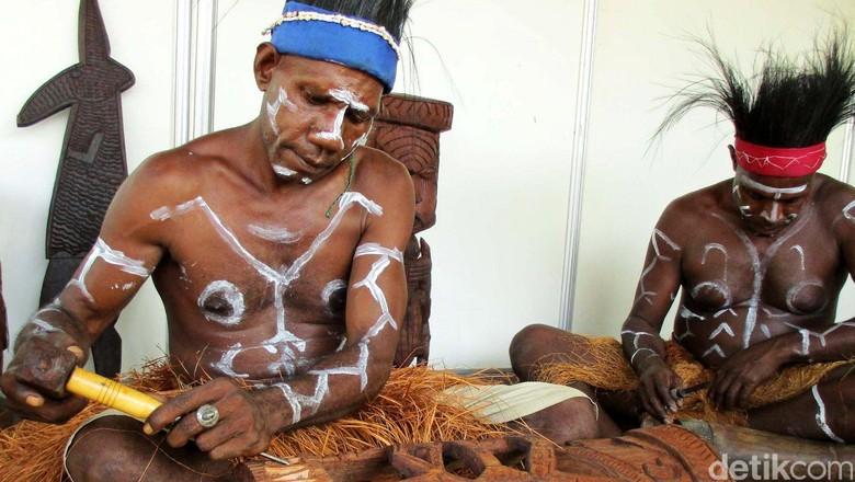 Suku Kamoro di Papua menggelar kegiatan workshop seni ukir kayu di halaman Pusat Kebudayaan Koesnadi Hardjasoemantri (PKKH), Universitas Gadjah Mada (UGM), di Yogyakarta, Jumat (3/6/2016). Berbagai begiatan selama dua hari sejak tanggal 2 Juni ini dikemas dalam acara Papua Day.