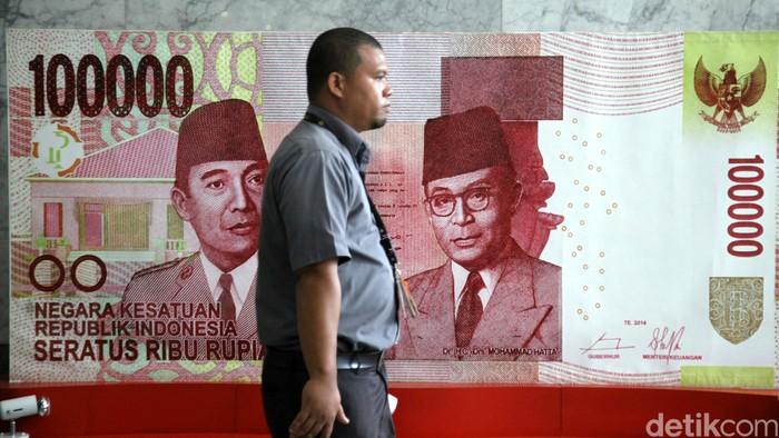 Petugas mengecek kondisi uang rusak yang ditukarkan oleh warga di Bank Indonesia, Jakarta, Senin (6/6). BI meminta masyarakat agar menukarkan uang yang sudah tidak layar edar dengan uang baru sehingga uang yang beredar di masyarakat berkualitas tinggi dengan syarat, uang asli, masih tersisa minimal 2/3 bagian dari bentuk uang tersebut dan masih terdapat nomor seri. Agung Pambudhy/detikcom.