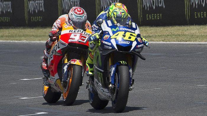 Valentino Rossi dan Marc Marquez merupakan musuh besar di atas lintasan balap. Foto: Mirco Lazzari gp/Getty Images