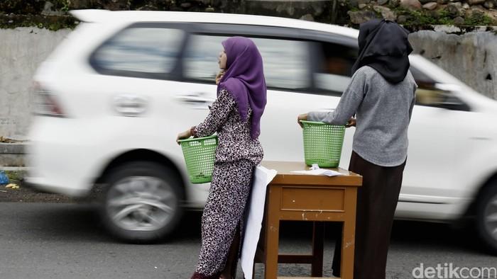 Ilustrasi meminta sumbangan di jalan (Foto: Dikhy Sasra)