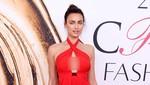 Emily Ratajkowski Bergaun Menerawang di Pesta Oscar Vanity Fair
