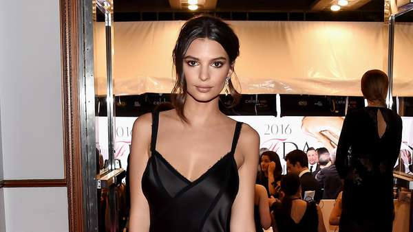 Emily Ratajkowski Curi Perhatian di Red Carpet