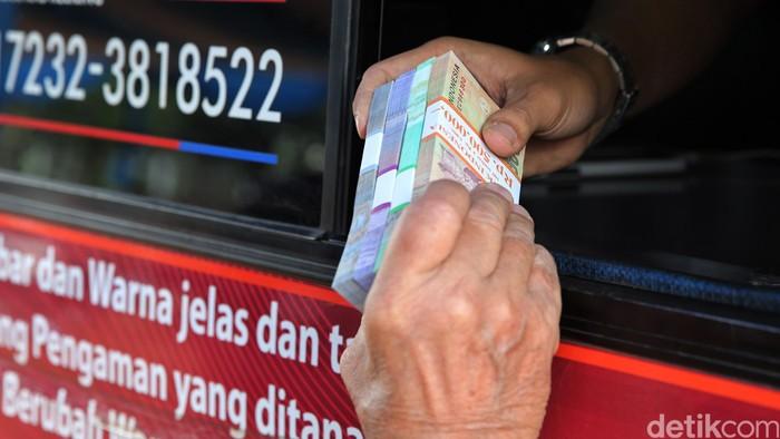 Pengantre menunggu di loket penukaran uang receh di Lapangan IRTI Monas, Jakarta, Selasa (7/6/2016). Penukaran uang tersebut dilayani oleh Bank Indonesia (BI) dengan aturan satu orang antrian satu penukaran. Batas maksimal penukaran sebanyak Rp 3,7 juta dengan pecahan Rp 20.000, Rp 10.000, Rp 5.000, Rp 2.000 serta koin logam. Layanan ini akan berakhir 30 Juni mendatang dijaga oleh 2 personel polisi bersenjata laras panjang.