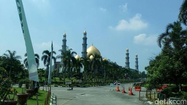 Kedua ada Masjid Dian Al Mahri Depok. Lebih dikenal dengan nama Masjid Kubah Emas, masjid ini disebut-sebut merupakan yang terluas di Jabodetabek. Fathurahman/detikcom
