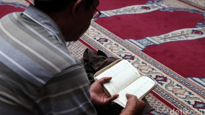 Umat muslim menyisihkan waktu untuk beribadah pada bulan Ramadan di Masjid Cut Mutia, Jakarta, Selasa (7/6/2016). Selain salat wajib, umat Islam dapat tadarus Alquran dan berdoa di tempat ini.