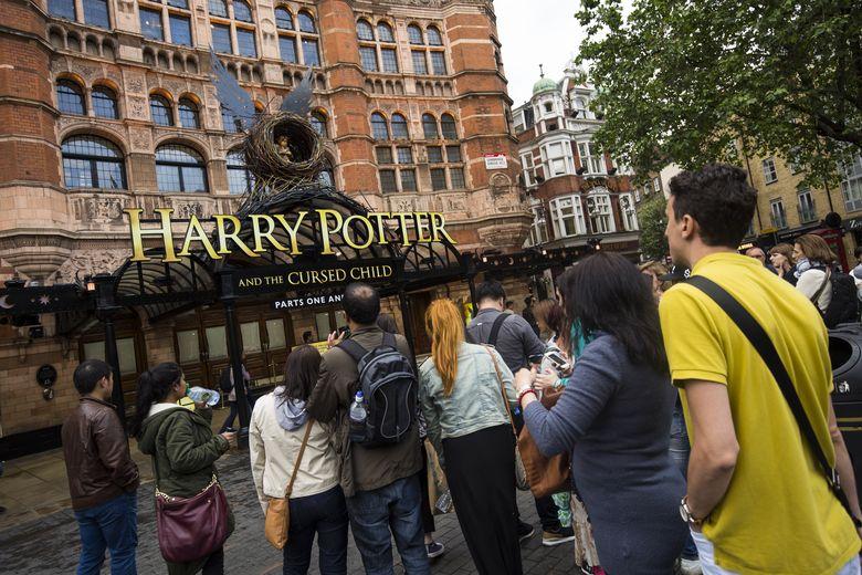 Banyak orang yang berhenti di depan teater untuk mengabadikan gambar Harry Potter and The Cursed Child. Jack Taylor/Getty Images/detikFoto.