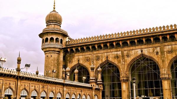 Masih di India, Makkah Masjid mulai digunakan sejak 1694. Tiga buah fasadnya dibuat lima tahun lamanya dari satu batu granit yang diukir sedemikian rupa. (Thinkstock)