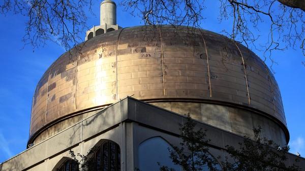 Tak hanya Amerika Serikat, Inggris pun memiliki masjid yang cantik yang jadi pusat kajian Islam di Inggris. London Central Mosque telah berdiri sejak 1977. (Thinkstock)