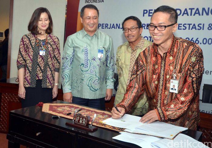 Direktur Utama Semen Indonesia menandatangani MoU kerjasama dengan Bank Mandiri.