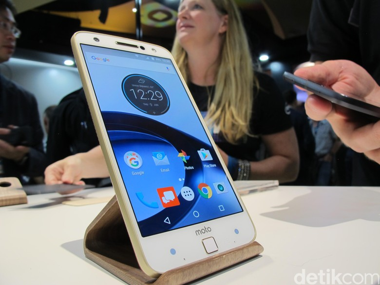 Moto Z menawarkan ketebalan hanya 5,2 mm. Hal ini pun membuat Lenovo berani mengklaim jika ponsel jagoannya itu sebagai smartphone tertipis di dunia saat ini. Foto: AN Uyung Pramudiarja/detikINET