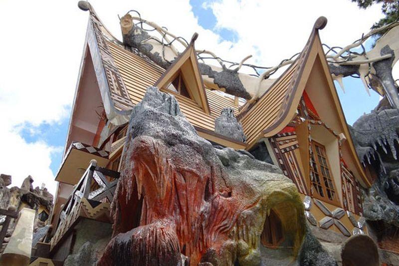 Rumah pertama datang dari negara Vietnam. Dilihat sepintas, bangunan yang dinamai Crazy House atau Rumah Gila ini lebih mirip taman rekreasi. Tapi ini sebenarnya penginapan dengan desain yang unik (Dok.crazyhouse.vn)