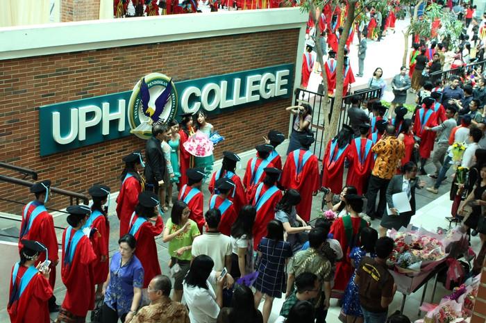 UPH melantik 1260 lulusan pada wisuda ke-29. Para wisudawan terdiri dari 1055 program Sarjana (S1), 203 Magister (S2), dan 2 Doktor (S3).