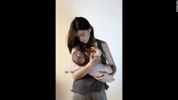 Mengurus bayi tidaklah mudah. Namun di tengah tekanannya, para ibu berhasil menunjukkan mereka adalah sosok kuat pemberi rasa nyaman bayinya.