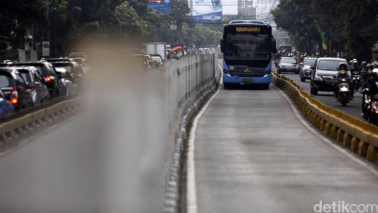 Hanya Mobil Berpelat RI Boleh Lewat Busway, Gubernur Dilarang