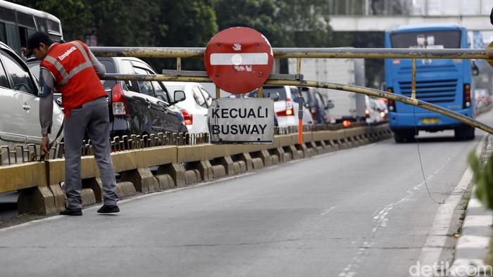 Ilustrasi petugas jaga portal busway (Foto: Rachman Haryanto/detikFoto)