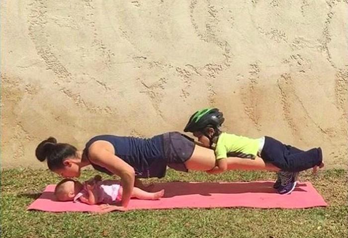Sejak dulu, Melanie yang merupakan mantan pesenam berbasis pilates sudah rutin berolahrag. Ia bahkan tak segan melibatkan dua anaknya, Sage dan Olive dalam kegiatannya itu. Anak pertama Melanie, Sage bahkan rajin menyuruh ibunya untuk olahraga. (Foto: Instagram/@fitmomma4two)