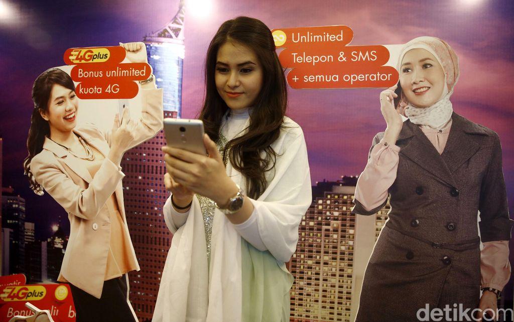 Seorang model mengamati ponsel cerdas saat peluncuran program mobile business freedom di Jakarta, Selasa (14/6/2016).