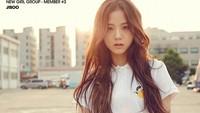 Di beberapa foto Jisoo tampak cantik dengan dandanan natural. (YG Entertainment)