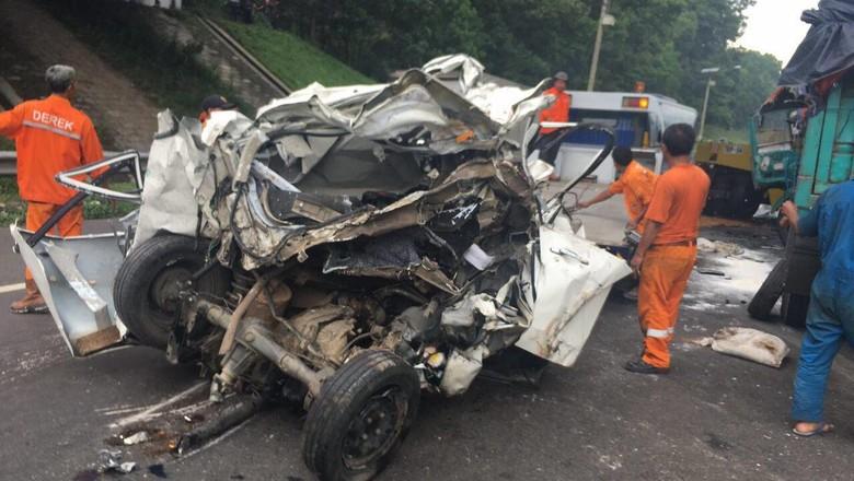 Sebuah Truk Fuso jenis tronton melindas Toyota Avanza di Bandung. Penyebab kecelakaan itu diduga rem blong truk.Foto: Dok. Polres Cimahi