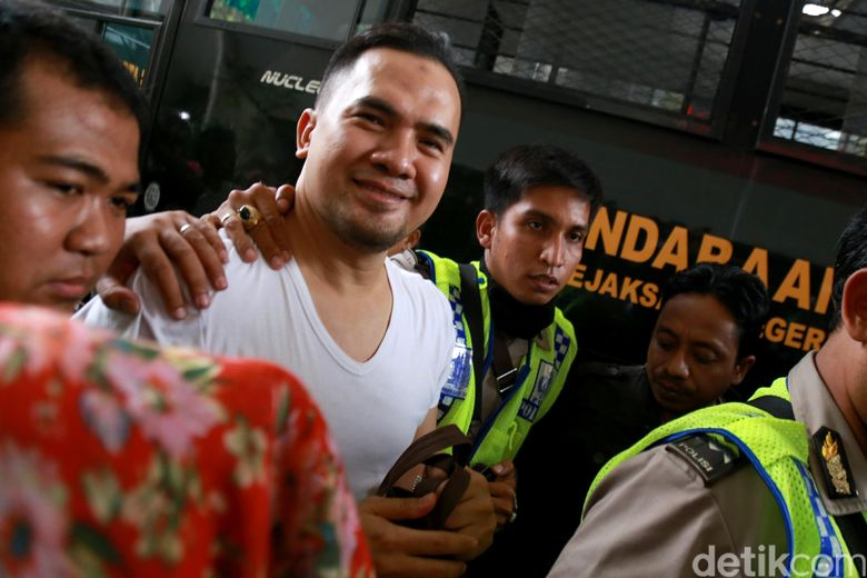 Ipul masih terlihat sumringah saat tiba di Pengadilan Negeri Jakarta Utara. Pool/Palevi S/detikFoto.